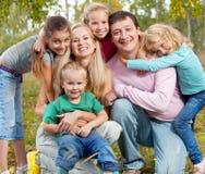 Lycklig familj på hösten arkivbild