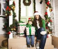 Lycklig familj på jul i röda hattar Arkivbilder