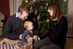 Lycklig familj på jul med pysen Royaltyfria Foton