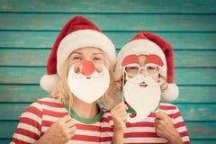 Lycklig familj på julhelgdagsafton arkivbilder