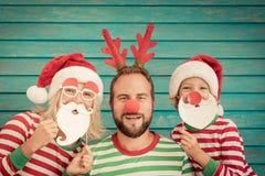 Lycklig familj på julhelgdagsafton arkivbild