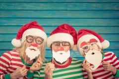 Lycklig familj på julhelgdagsafton royaltyfri foto