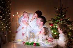 Lycklig familj på julmatställen Royaltyfria Foton