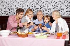 Lycklig familj på matställetabellen Royaltyfri Fotografi