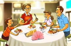 Lycklig familj på matställetabellen Arkivfoton