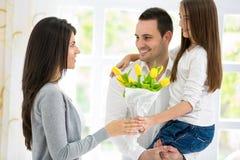 Lycklig familj på moders dag Royaltyfri Bild