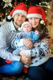 Lycklig familj på a nära ettträd royaltyfri fotografi