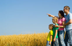 Lycklig familj på naturen royaltyfri foto