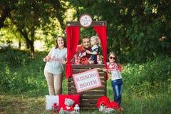 Lycklig familj på naturphotoshoot Royaltyfri Bild