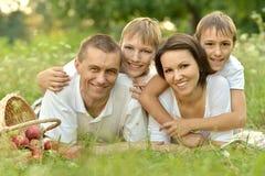Lycklig familj på picknick Royaltyfria Bilder