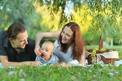 Lycklig familj på picknicken Royaltyfria Bilder