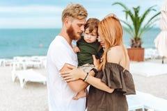 Lycklig familj på semester royaltyfria foton