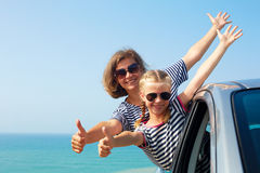 Lycklig familj på semester Sommarferie och bil- loppconcep arkivfoton
