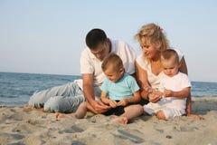 Lycklig familj på sjösidan royaltyfri foto