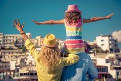 Lycklig familj på sommarsemester Arkivbild