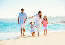 Lycklig familj på stranden royaltyfria foton