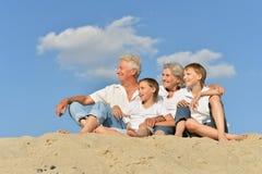 Lycklig familj på stranden arkivfoton