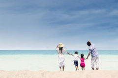 Lycklig familj på den vita sandstranden, Australien Royaltyfri Fotografi