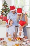 Lycklig familj på jul Arkivfoto
