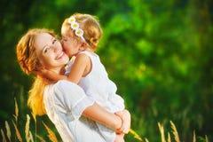 Lycklig familj på sommar liten flickabarnet behandla som ett barn att krama för dotter Arkivfoton