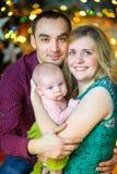 Lycklig familj samman med den nyfödda sonen Royaltyfria Foton