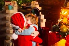 lycklig familj Santa Claus komma Familj för pojke för moder som och för litet barn förtjusande vänlig har roligt r arkivfoto