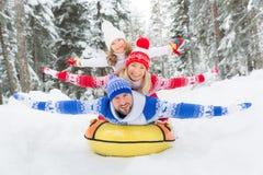 Lycklig familj som är utomhus- i vinter arkivbilder