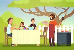 Lycklig familj som äter den utomhus- grillfesten Man, kvinna och ungar som lagar mat och grillar på sommarferie royaltyfri illustrationer