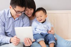 Lycklig familj som använder tabletPC Royaltyfri Foto