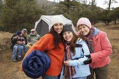 Lycklig familj som campar under vinter Arkivbild