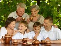 Lycklig familj som dricker te Arkivbilder