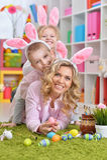 Lycklig familj som förbereder sig för påsk arkivbild