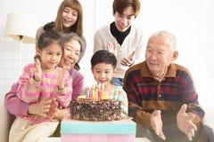 Lycklig familj som firar barns födelsedag arkivbilder