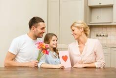 Lycklig familj som firar moderdag arkivbild
