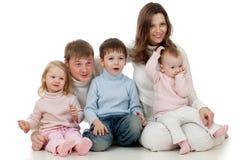 Lycklig familj som från sidan ser med intresse royaltyfria foton