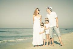 Lycklig familj som går på stranden på dagtiden Arkivbilder