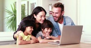 Lycklig familj som gör video pratstund på bärbara datorn stock video