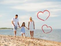 Lycklig familj som går på sjösidan Arkivbilder