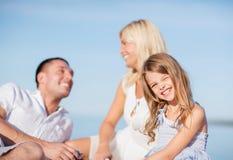Lycklig familj som har en picknick Arkivfoto