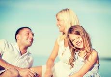 Lycklig familj som har en picknick Royaltyfri Bild
