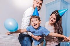 Lycklig familj som har födelsedagpartiet Arkivfoto