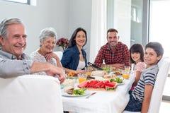 Lycklig familj som har frukosten Arkivfoton
