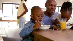 Lycklig familj som har frukosten tillsammans i morgonen stock video