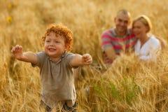 Lycklig familj som har gyckel arkivbild