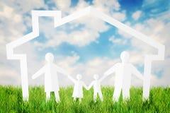 Lycklig familj som har gyckel in i deras hem mot blå himmel Royaltyfri Foto