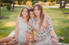 Lycklig familj som har gyckel i sommaren på parkera Mom och barn arkivfoton