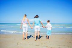 Lycklig familj som har gyckel i sommarfritiden Arkivfoto