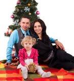 Lycklig familj som har gyckel med julklappar Royaltyfri Fotografi