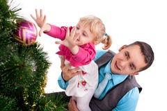 Lycklig familj som har gyckel med julklappar Arkivbild