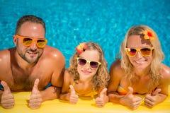 Lycklig familj som har gyckel på sommarsemester arkivbild